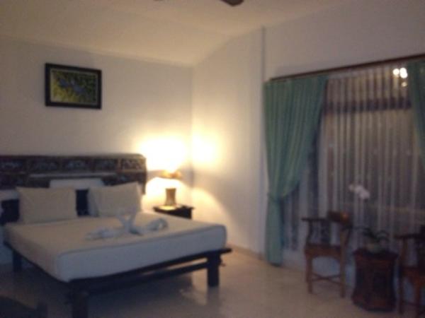 シリ ラティ コテージズ室内ベッド画像