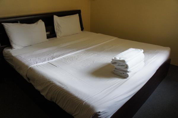 キング ロイヤル ガーデン イン室内ベッド画像
