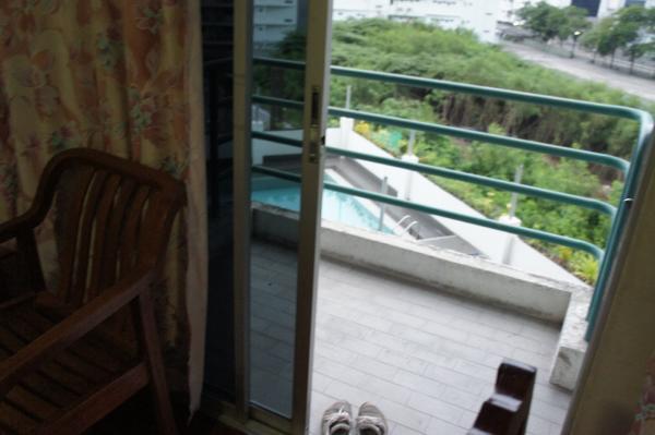ワタナホテルベランダからプール画像