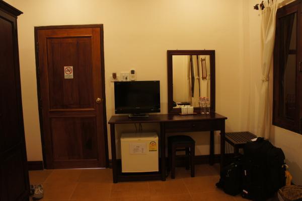 ヴィラ・メウアンラオ・ホテル外1階室内画像・テレビ・l金庫・ドレッサー画像
