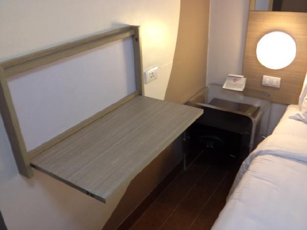 チューンホテルエルミタマニラ室内デスク周り画像
