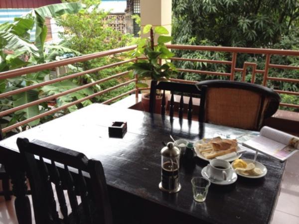 アリバイ ゲストハウス朝食を食べる場所画像