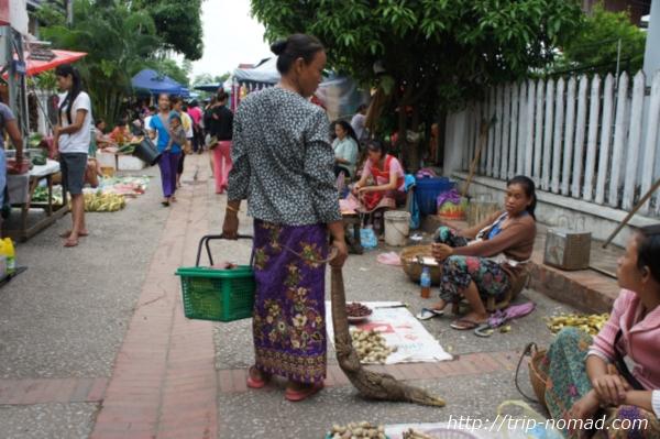『ルアンパバーン朝市』オオトカゲを購入の女性画像