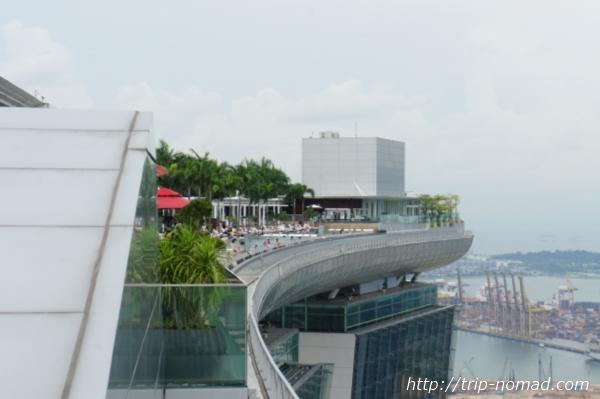 『マリーナ・ベイ・サンズト』展望台からプールを見た画像