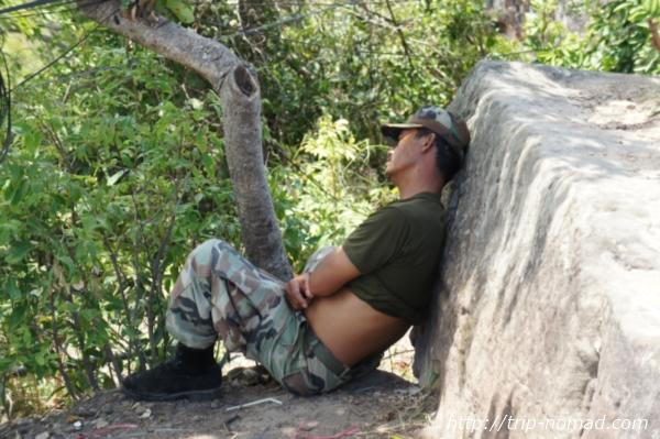 『プレアヴィヒア』昼寝している軍人画像