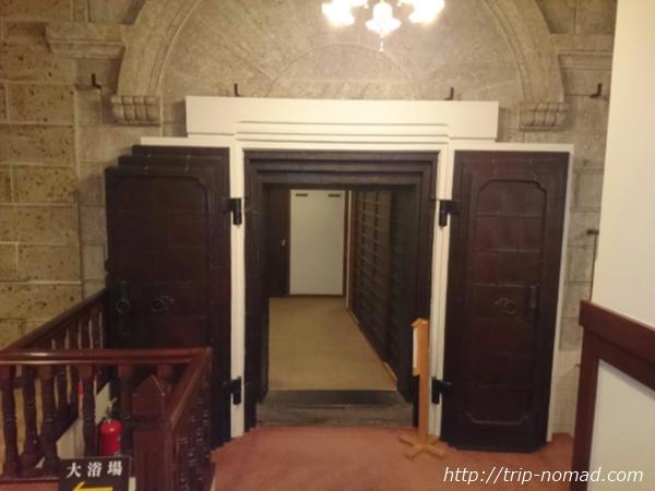 箱根湯本「萬翠楼 福住」重厚なドア画像
