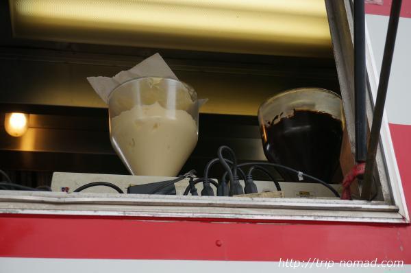 「レナーズ・ベーカリー」のワゴンの窓から見えるクリーム注入器画像