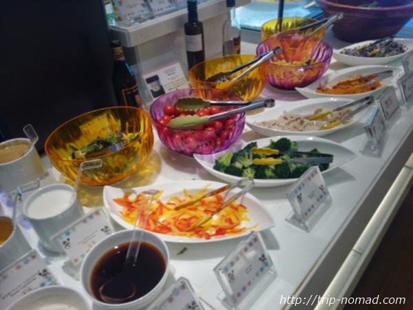 大阪マリオット都ホテル朝食「COOKA(クーカ)」ビュッフェ・フレッシュな野菜やフルーツ画像