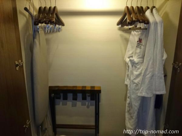 大阪マリオット都ホテル部屋ハンガー、分厚い生地のバスローブ画像