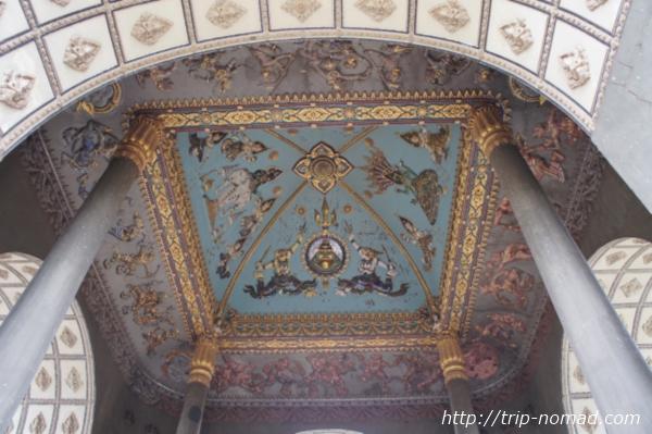 『パトゥーサイ』内側の天井画像