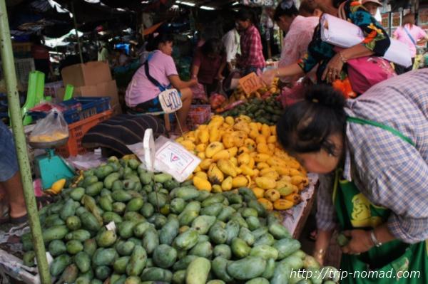 『タラート・サオ市場』青マンゴー画像