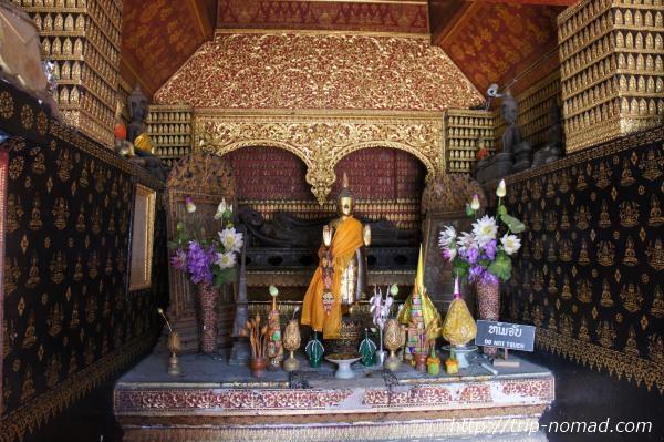 『ワット・シェントーン』レッドチャペル内部青銅製の横臥仏画像