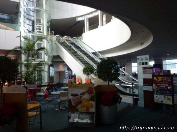羽田空港「エアポートラウンジ(北ピア)」3階へ上がるエスカレーター画像