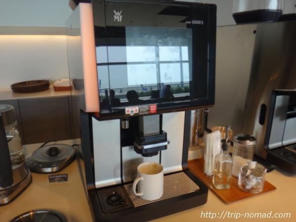 羽田空港「POWER LOUNGE NORTH(パワーラウンジ北)」コーヒーメーカー画像