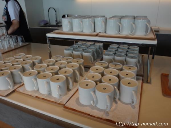 羽田空港「POWER LOUNGE NORTH(パワーラウンジ北)」コーヒーカップの裏側画像