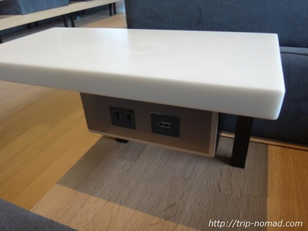 羽田空港「POWER LOUNGE NORTH(パワーラウンジ北)」電源、USB画像