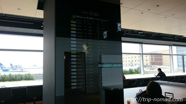 羽田空港「POWER LOUNGE NORTH(パワーラウンジ北)」柱の液晶フライトスケジュール画像