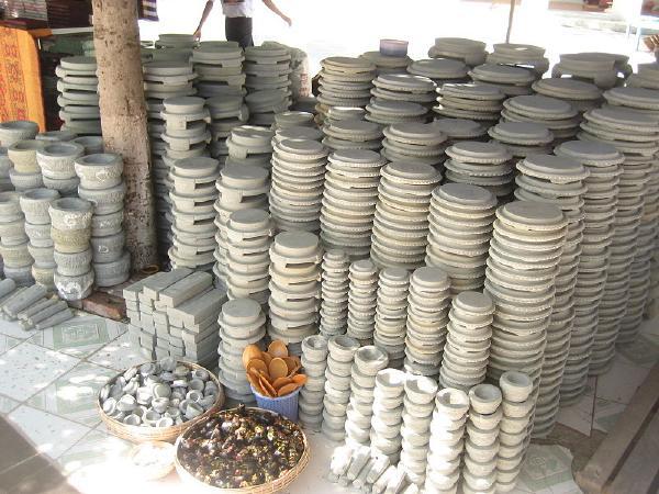 『ミャンマー・タナカ』をすりつぶすすり鉢画像