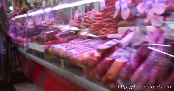 ロシアのイルクーツク市場ソーセージやハム、サラミ売り場画像
