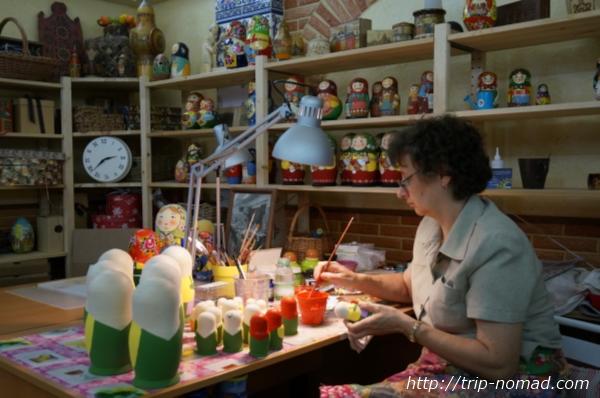 セルギエフパッサードマトリョーシカ工場マトリョーシカ絵付け風景画像