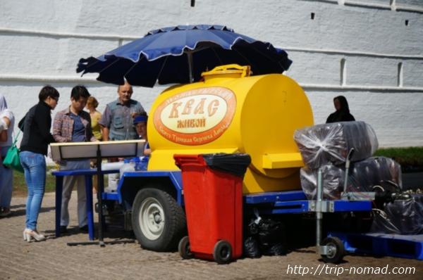 クワスの黄色いタンクを積んだ車画像