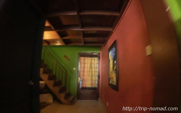 カンボジア・シェムリアップ・『コモングラウンズ・カフェ』階段画像