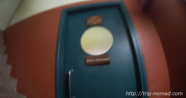 カンボジア・シェムリアップ・『コモングラウンズ・カフェ』2階ドア画像