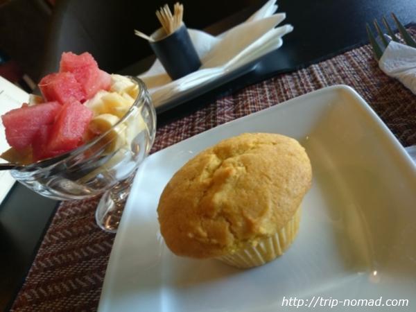 カンボジア・シェムリアップ・『コモングラウンズ・カフェ』フルーツとバナナカップケーキ画像