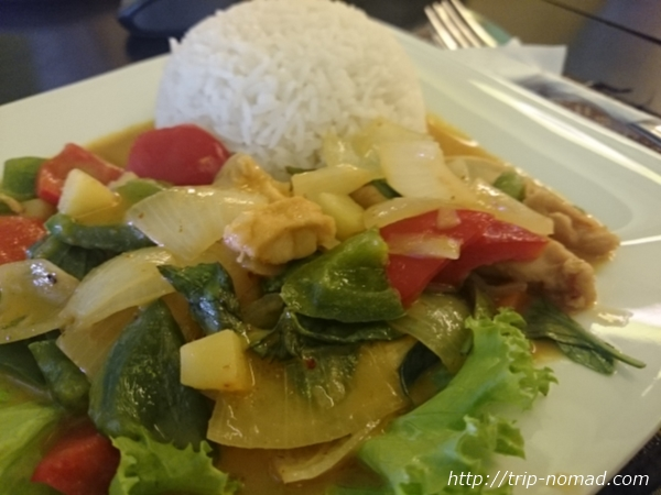 カンボジア・シェムリアップ・『コモングラウンズ・カフェ』「レッドチキンカレー」画像