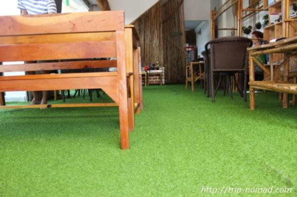 カンボジア『Green on Peace cafe&bar(グリーン・オン・ピース カフェ&バー)』床の人工芝画像
