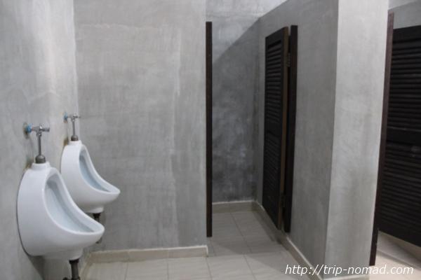 カンボジア・シェムリアップゲストハウス『ワンストップ・ホステル』共用のトイレとシャワールーム画像