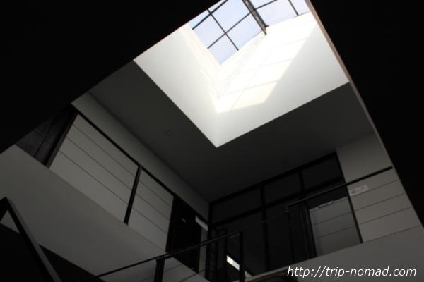 カンボジア・シェムリアップゲストハウス『ワンストップ・ホステル』2階への階段と吹き抜け部分画像