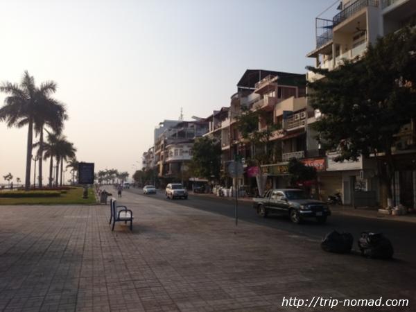 カンボジア・プノンペン・『ワンストップ・ホステル』前遊歩道画像