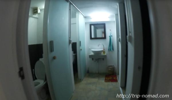カンボジア・プノンペン・『ワンストップ・ホステル』共用のトイレとシャワールーム画像