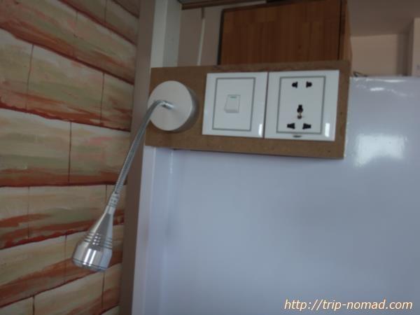 カンボジア・プノンペン・『ワンストップ・ホステル』電源2口、読書灯画像