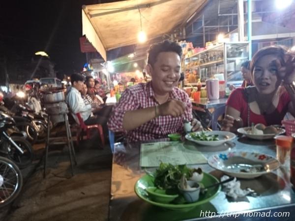 カンボジア『ポンティアコーン』をうれしそうに食べるカップル画像