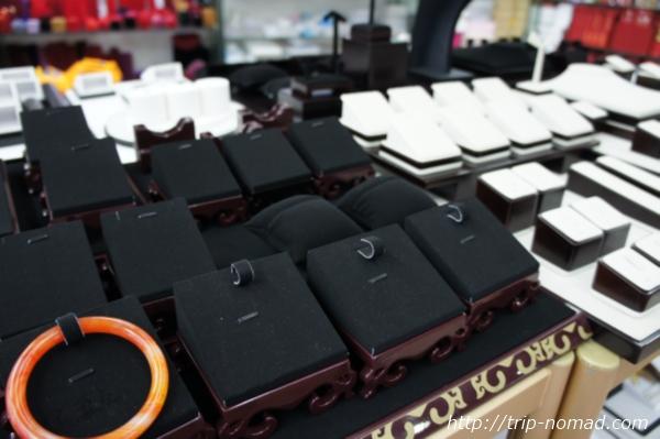 広州パワーストーン市場『リワン・プラザ』容器や台座画像