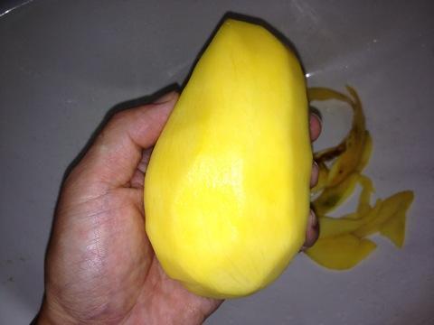 『ウェンガー(WENGER)スナックナイフ』マンゴーをカット画像