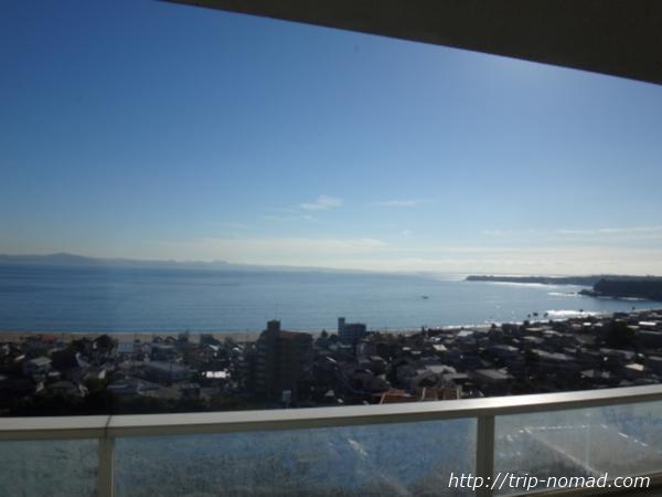 『マホロバマインズ三浦』窓からの景色・三浦の海岸線画像