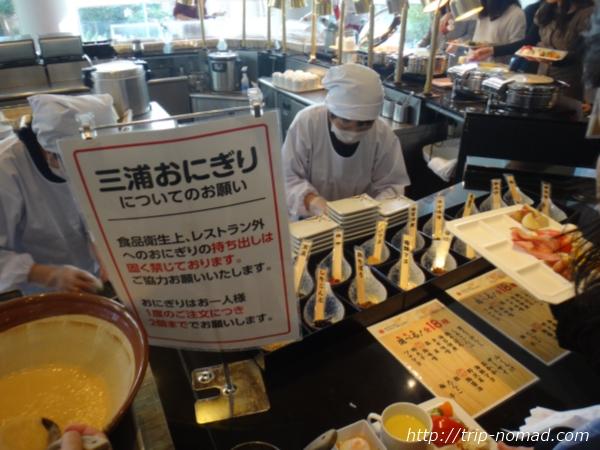 『マホロバマインズ三浦』朝食ビュッフェ「三浦にぎり」画像