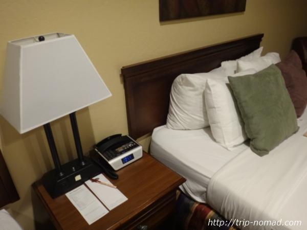 アメリカ・セドナ『セドナ・リアル・イン・スイーツ』ベッドの横のサイドテーブル画像