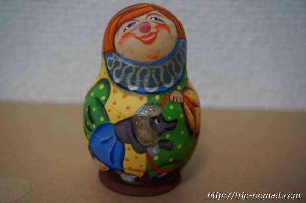 ロシア『レアなマトリョーシカ』ワンちゃんを抱いている女性画像