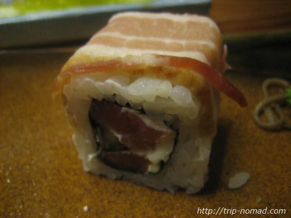 『ロシアの寿司』生ハムだかベーコンだかのロール画像
