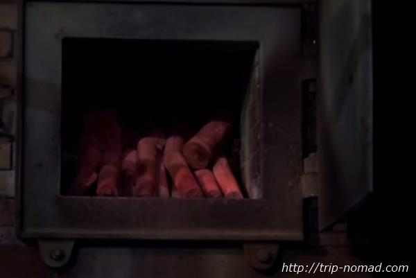 ロシア・モスクワ「サンドゥヌィ」バーニャ真っ赤に燃える木炭画像