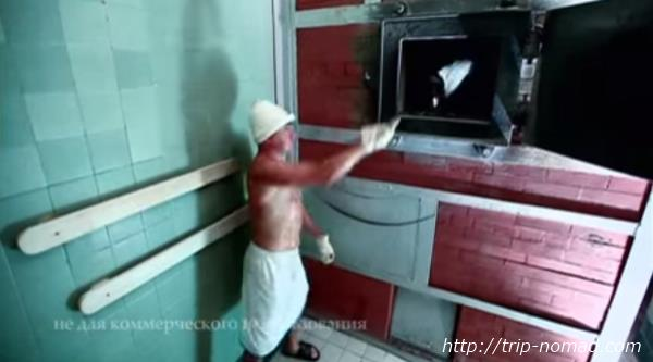 ロシア・モスクワ「サンドゥヌィ」バーニャ熱源水かけ画像