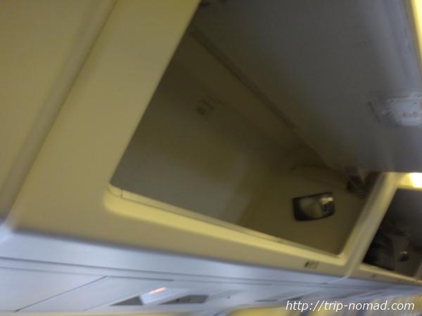『飛行機内の英会話編』飛行機内荷物棚画像