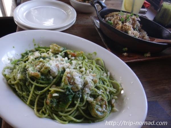 『グーフィー・カフェ&ダイン(GOOFY Cafe & Dine)』「カフク・コーンのフライドライス」と「グリーン・スパゲッティ」画像
