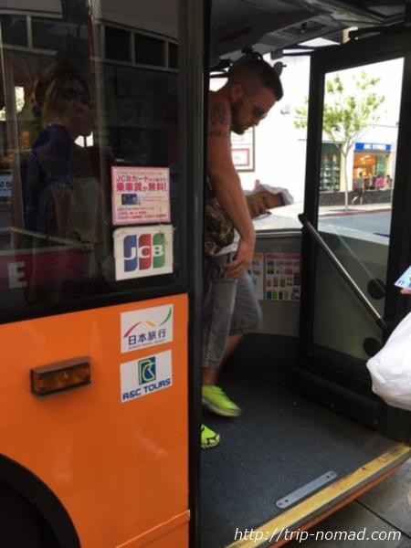 『JCBカード』特典で無料で乗れる『ワイキキ・トロリー(ピンクライン)』乗車口画像
