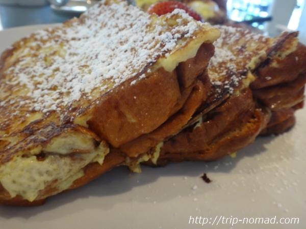 『スイート・イーズ・カフェ(Sweet E's Cafe)』「スタッフド・エンチャンティング・フレンチトースト(ブルーベリー&クリームチーズ)」画像