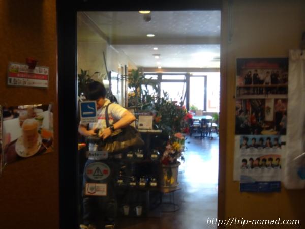 『喫茶ツヅキ』自動ドア入り口から店内画像